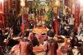 Các ca nương trong Giáo phường thực hiện nghi thức hát cửa đình.