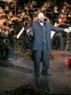 Поет Дмитрий Трапезников на сцене Ханойского Большого Театра