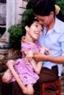 Dinh Thi Minh Hoa, née en 1984, victime de l'agent orange/dioxine de la commune de Duc Minh, district de Mô Duc, province de Quang Ngai, dans les mains de sa mère (Mme Lê Thi Hanh, ancienne jeune volontaire de l'ancienne bataille de Quang Ngai.