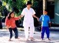 Mme Bùi Thi Thu guidant les enfants, victimes de l'agent orange/dioxine dans le processus de réinstallation de fonctions au Centre de protection sociale Quang Hop (Thanh Hoa).