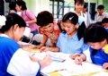 Les enfants du village de Hoà Binh (Hanoi) participant à un concours de dessins à l'occasion de la Journée internationale des enfants.