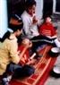 Le grand-père paternel et la mère de deux victimes de l'agent orange/dioxine  Dô Thi Huê et Dô Van Huy, commune de Dông Tiên, district de Quynh Phu, province de Thai Binh, leur donnant à manger.