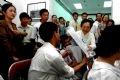 Mme Nguyên Thi Binh, ancienne vice-présidente de la République offrant des présents aux enfants-victimes de l'agent orange/dioxine.