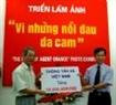 越南通讯社社长黎国忠把越南通讯社员工捐款交给越南橙黄/迪奥辛毒剂受难者协会副主席阮仲仁。