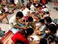 在越南民族学博物馆教小孩做民间玩具。