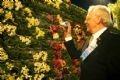 """Oâng Henk de Goot, directeur de l'Exposition florale mondiale assistant au Festival: """"Couleurs des fleurs de Dà Lat 2004""""."""