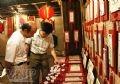 游客参观书法艺术展位。