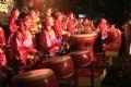 Exécution de jouer des tambours de fête du village de Doi Tam (Ninh Binh)