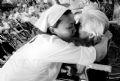 On y voit très souvent des embrassements et des gestes d'affection.
