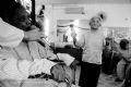 歌の練習をする老人