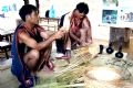 ベトナムのコントゥム省のバナー民族の人々の生活用具を編むパフォーマンス