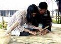 タイの職人による生活用具を編むパフォーマンス