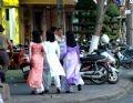 Elegantes vestidos de las jovenes embellecen a la ciudad.