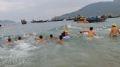 Các thanh niên trên đảo Cù lao Chàm bơi tiếp sức cùng các VĐV.