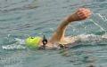 Bà Kitamura Emiko, 64 tuổi, VĐV người Nhật, đang một mình chinh phục biển xanh.