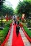 Van Mieu decorado con banderas, flores y alfombras rojas para dar la bienvenida a los participantes.