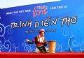 La joven poeta Minh Hue de Ha Giang participa en el festival.