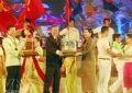 Phó Thủ tướng Trương Vĩnh Trọng trao tặng tượng trưng cây điều giống cho Vương quốc Campuchia và CHDCND Lào tại Lễ hội.