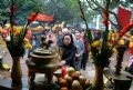 Les responsables du comité populaire de l'arrondissement Hai Ba Trung participant à la cérémonie de culte à la pagode dédidée aux deux soeurs.