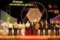 Chủ tịch nước Nguyễn Minh Triết trao giải A cho các nhà báo.