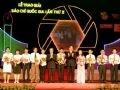Phó Thủ tướng Chính phủ Nguyễn Thiện Nhân trao giải B cho các nhà báo