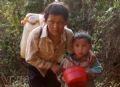Bản làng thiếu nước đã lâu nên hai anh em chú bé ở xã Hồng Thu (Sìn Hồ - Lai Châu) phải rủ nhau đi lấy nước ở nơi xa.