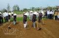 Làm đất trong cuộc thi trồng rau.