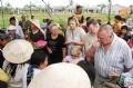 Du khách nước ngoài thưởng thức món tôm hữu, đặc sản của làng rau.