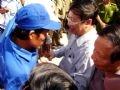 陸に上がる最初の生存者を迎えるファム・ザー・キエム副首相