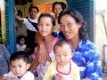 生存者の1人であるクアンガイ省のチャン・ゴック・ホアインさんが家族と再会する瞬間