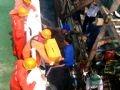 救助されたベトナム人漁師に食料を供給する中国人の救援者