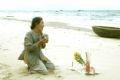 タインビンの海岸で夫の写真を手にして慟哭する67歳のチャン・ティ・トゥイさん