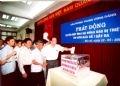 2006年5月22日、共産党中央執行部において、台風第1号の被災者のための募金式に出席したノン・ドゥック・マイン書記長