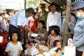 トゥーギア郡ギアアン村の台風第1号被災家族を訪問し、見舞いの品を贈るクアンガイ省人民委員会の指導者