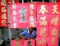 Sr. Luong escribe oraciones paralelas de Tet en la calle Luong Nhu Hai.