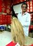Calígrafo Truong Kien Quoc quien tiene 50 años en este arte está mostrando la gran pluma.