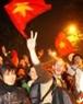 Nhiều du khách nước ngoài cũng xuống đường hoà chung niềm vui cùng các cổ động viên Việt Nam.