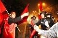 Cờ đỏ sao vàng được bán ở khắp các con phố của Hà Nội để người hâm mộ mừng chiến thắng.