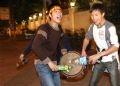 Hai anh chàng sinh viên hăng hái gõ trống cỗ vũ cho niềm vui chiến thắng.