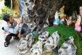 Phun sơn để làm giả đá tại hang đá của Giáo khu Nam nhà thờ Quỹ Nhất.