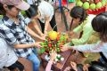 Phụ nữ trong làng cùng nhau trang trí mâm hoa quả để dâng cúng thành hoàng làng.