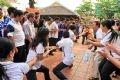 Còn đám thanh niên lại hồ hởi với trò thi kéo co dưới sân đình.