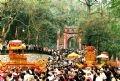 Rước kiệu qua cửa Đền Hùng.