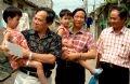 Les médecins participant à la séparation en visite de ces deux petites filles à leur famille à Thanh Hoa (septembre 2006).