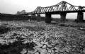 Nước cạn để lại lòng sông Hồng những mảng phù sa bong vảy.