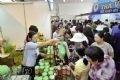 Rất đông du khách tham quan, tìm hiểu và mua sắm tại Hội chợ