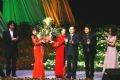 Chủ tịch nước Nguyễn Minh Triết tặng hoa cho các nghệ sĩ, ca sĩ Việt Nam và Nhật bản trong đêm Đại nhạc hội Việt - Nhật.