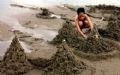 Un architecte en herbe construisant un château de sable.