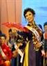 Thí sinh Lê Hoài Anh đến từ Thủ đô Hà Nội trong phần thi áo dài dân tộc.