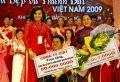 Hoa hậu quý bà Việt Nam 2005 Bùi Thị Kim Hồng trao tặng quà cho những cơ sở và các cá nhân gặp khó khăn trong cuộc sống.